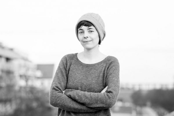 Portraitfoto mit Mütze und verschränkten Armen